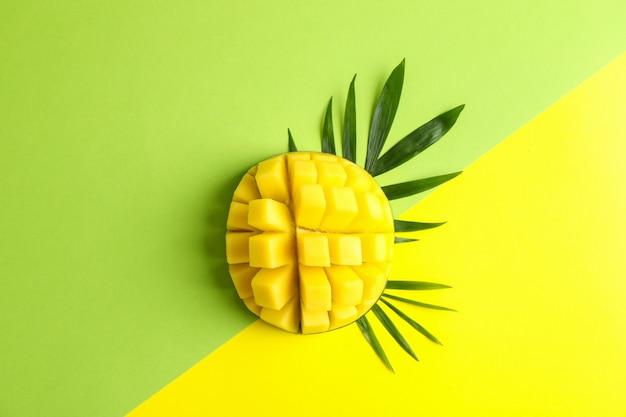 Свежий тропический спелый манго, вид сверху