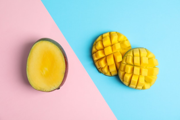 Вырезать тропический спелый манго, вид сверху