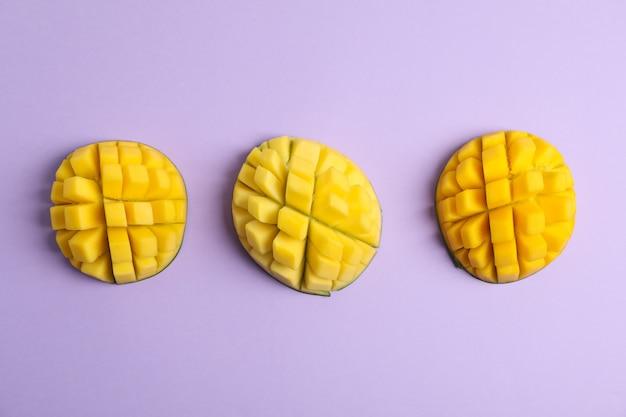 Вырезать тропические спелые манго, вид сверху