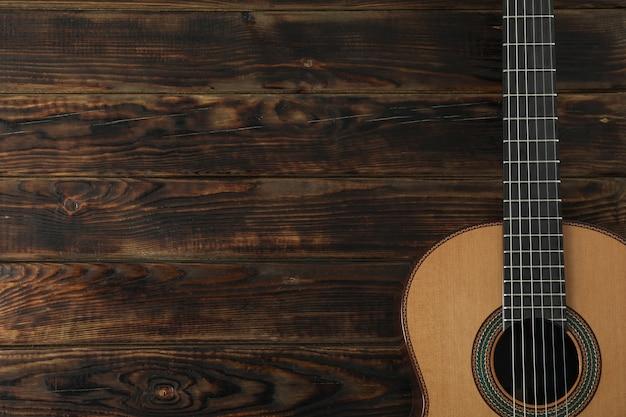Красивая шестиструнная классическая гитара на деревянном столе