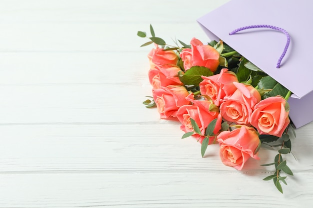 ピンクのバラの花束が付いているギフト袋
