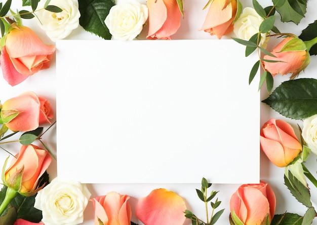 空白のグリーティングカードと美しいバラの花。バレンタインコンセプト