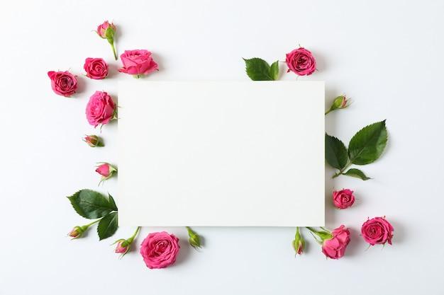 美しいピンクのバラと空白のグリーティングカード