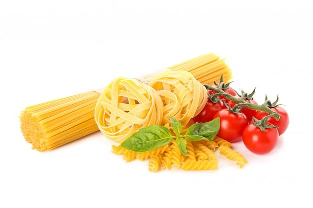 パスタと野菜を白で隔離されます。未調理の全粒小麦パスタ
