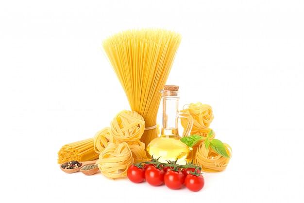 パスタ、オリーブオイル、トマト、スパイスを白で隔離されます。未調理の全粒小麦パスタ