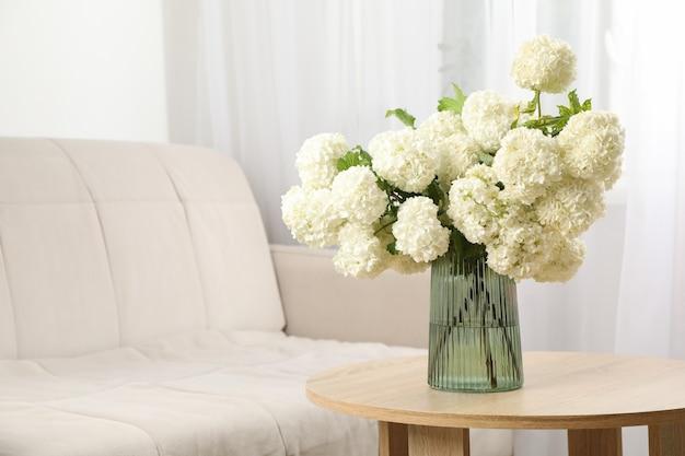 室内のアジサイの花のコンポジション。春の植物