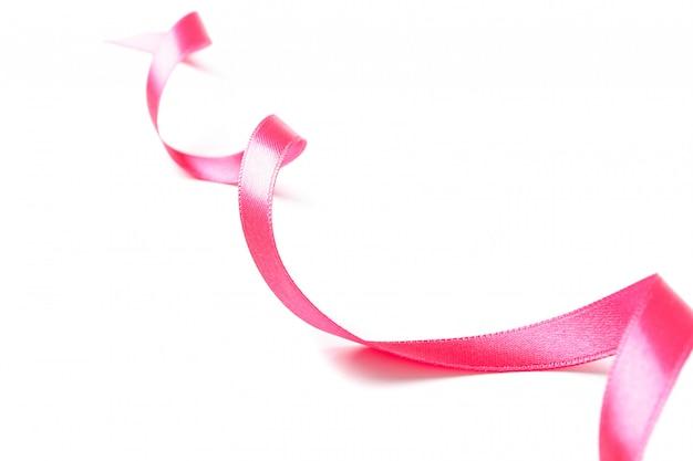 白で隔離されるピンクのリボン