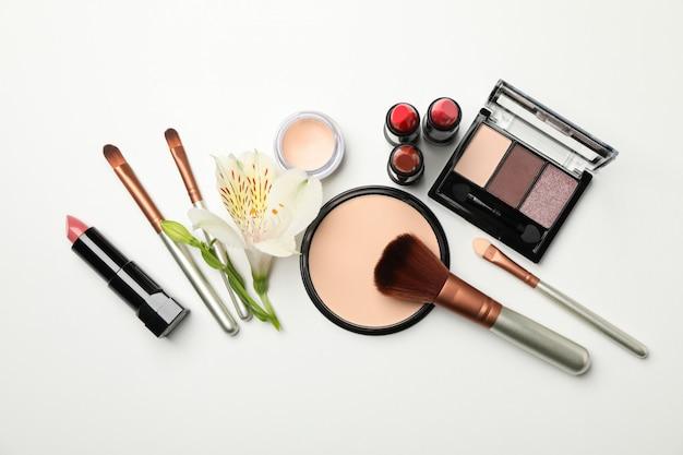 Различные косметика для макияжа на белом фоне