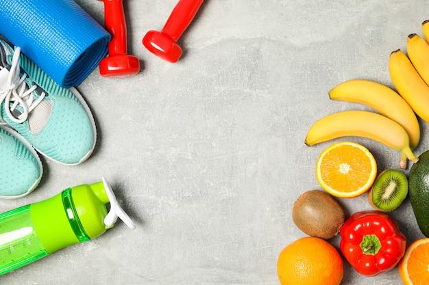 Плоская композиция с аксессуарами для здорового образа жизни на сером фоне