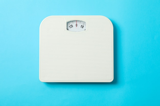 青色の背景、上面に白い体重計