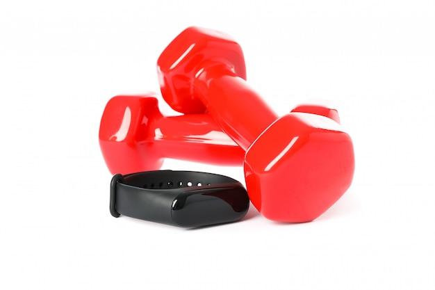 Красные гантели и фитнес-трекер, изолированные на белом