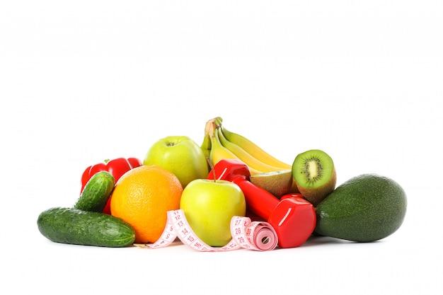 Гантели, измерительная лента и фрукты, изолированные на белом