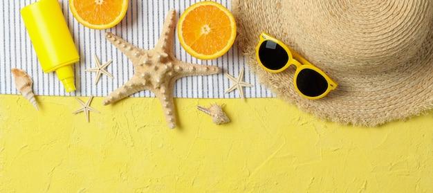 色の背景、テキストおよび平面図のためのスペースの夏の休暇のアクセサリー。幸せな休日