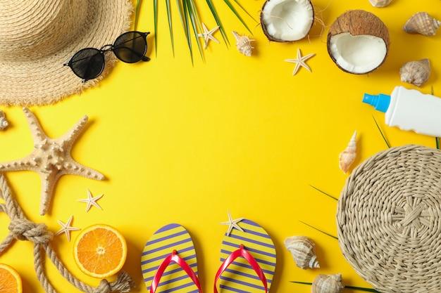 フラットは、色の背景、テキストおよびトップビューのためのスペースに夏の休暇の付属品で構成を置きます。幸せな休日