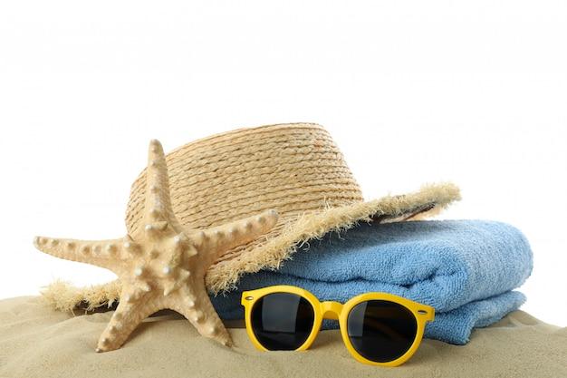 夏の休暇のアクセサリーと砂は、白い背景で隔離。夏休み