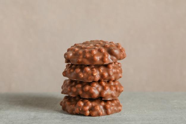 明るい背景の灰色のテーブルにチョコレートクッキーのスタック