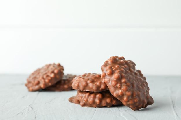 白い背景の灰色のテーブルにチョコレートクッキー
