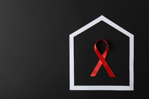 黒い壁、コピー領域のフレームに赤いリボンを意識