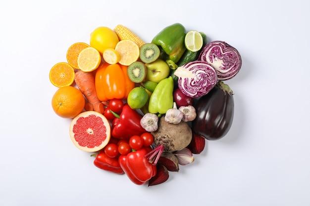 Сердце из овощей и фруктов на белом