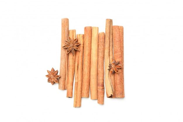 Палочки корицы и ароматного аниса, изолированные на белой стене