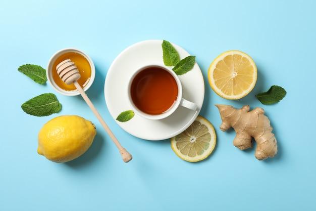 フラット横たわっていた。一杯のお茶、レモン、ジンジャー、ミント、蜂蜜、青、コピースペースのひしゃく
