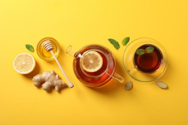 フラット横たわっていた。一杯のお茶、ティーポット、レモン、生姜、ミント、蜂蜜、ひしゃく、黄色、コピースペース