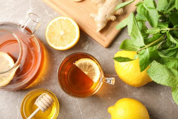 一杯のお茶、ミント、蜂蜜、生姜、灰色、トップビューでティーポット