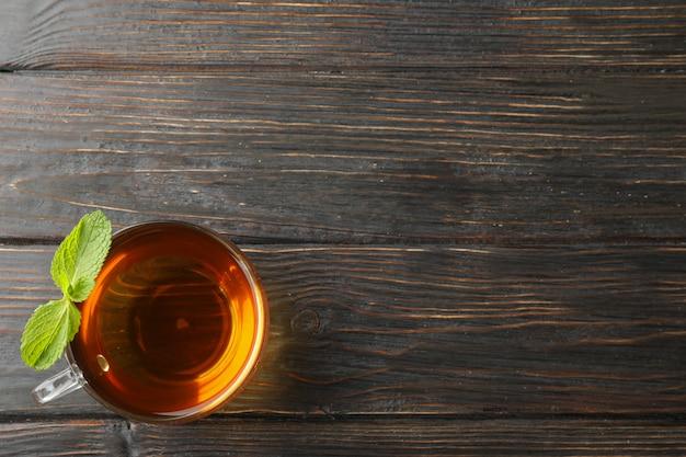 木製、上面にミントとお茶のカップ
