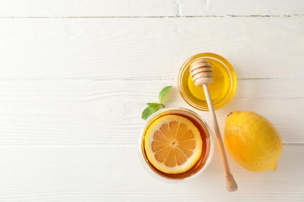 レモン、ミント、蜂蜜、木製、上面のひしゃくとお茶のグラス