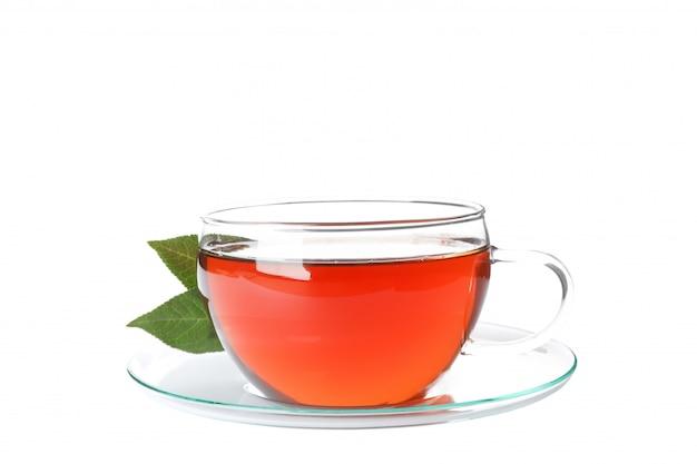Чашка чая и листья, изолированные на белом