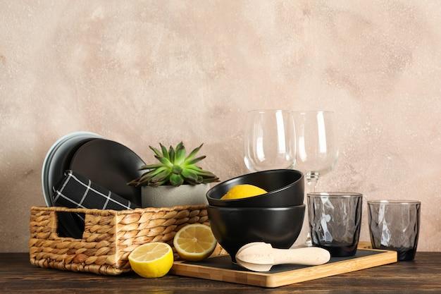 Набор посуды с сочными растениями и лимонами на деревянном столе, место для текста