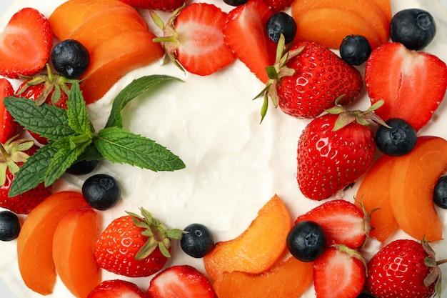 背景全体にベリークリームケーキをクローズアップ。美味しいデザート