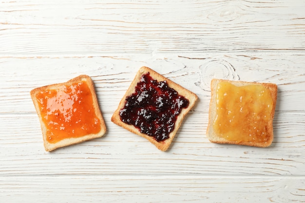 木の上でおいしいジャムとトースト、トップビュー