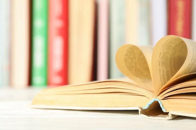 Сердце из страниц. книга на белом столе, крупный план