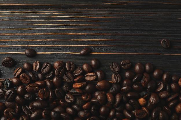 Рамка из кофейных зерен на деревянных фоне, пространство для текста
