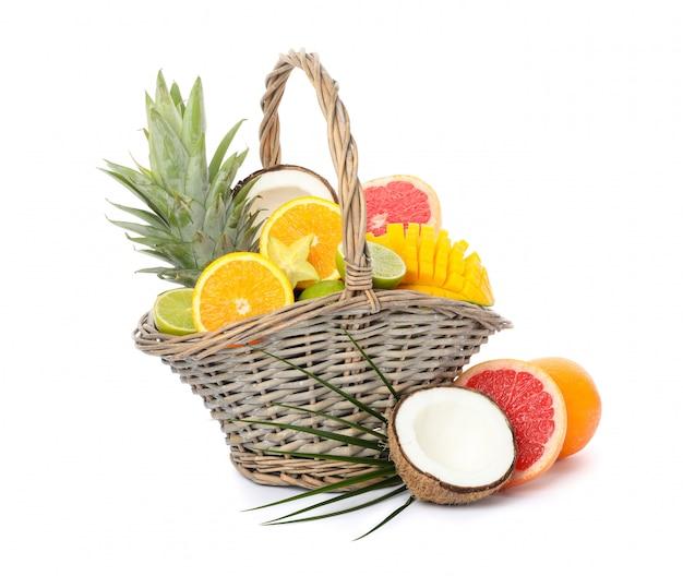 白い背景で隔離のエキゾチックなフルーツの枝編み細工品バスケット