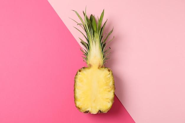 Половина ананаса на двухцветном фоне, место для текста