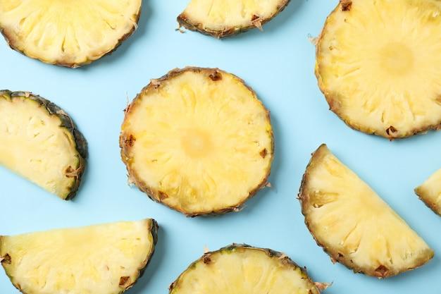 Плоская планировка с ломтиками ананаса на синем фоне, вид сверху
