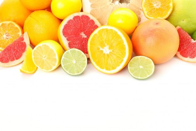 白い背景に分離されたジューシーな柑橘系の果物のフレーム