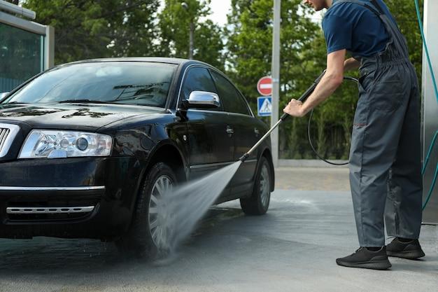 男は車を洗う。明確な車のコンセプト