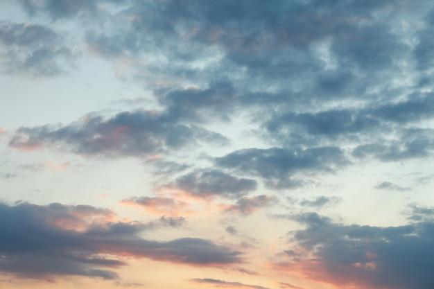 Удивительный закат небо с облаками. красивые обои природы