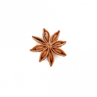 Звезда ароматного аниса, изолированная на белом