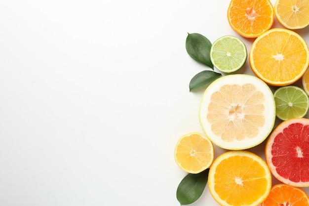 柑橘系の果物と白い背景の上の葉、テキスト用のスペース