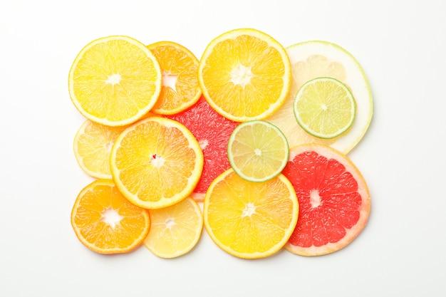 白い背景に、上面に柑橘系の果物のスライス