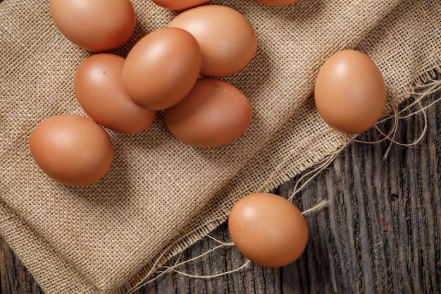 Яйцо в корзине на деревянном столе, куриное яйцо