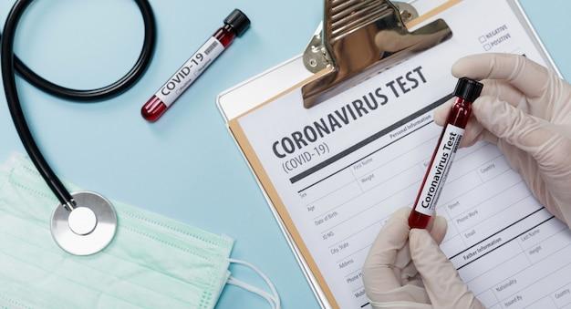 医師の医療機器を使用してコロナウイルスの発生について患者の血液サンプルをテストする