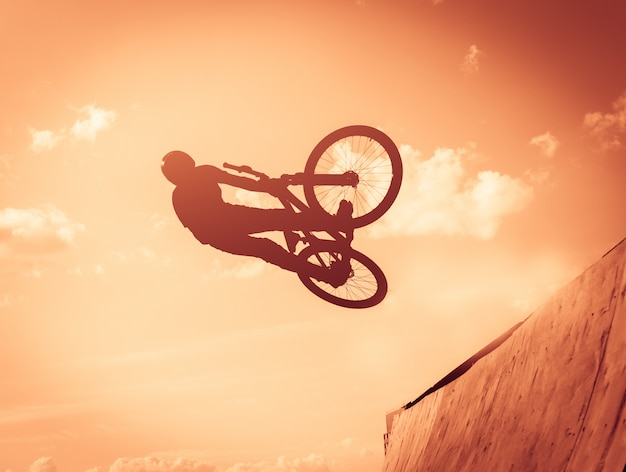 Парень выполняет трюки на велосипеде