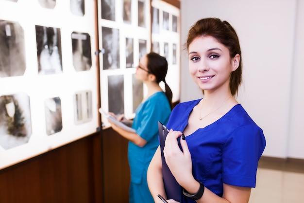 Группа врачей, изучающих отделы головного мозга. концепция санитарного просвещения. студенты в классе с рентгеновскими лучами