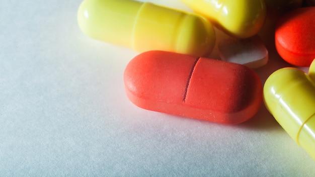 白い選択と集中のマクロクローズアップカラフルな錠剤