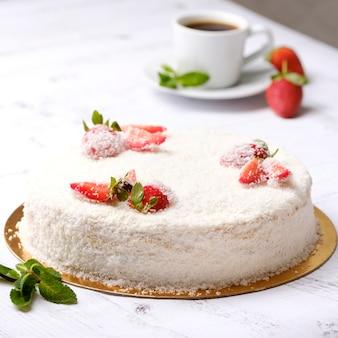 アメリカーノのコーヒーのカップに赤い果実と自家製のおいしい甘いイチゴのケーキ